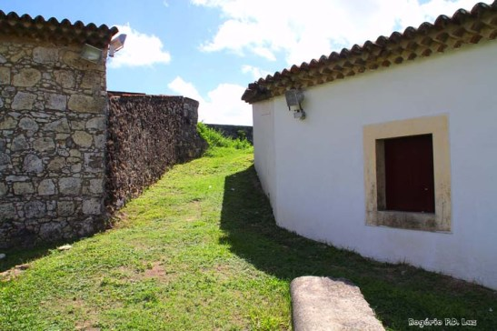 Um dos acessos à muralha