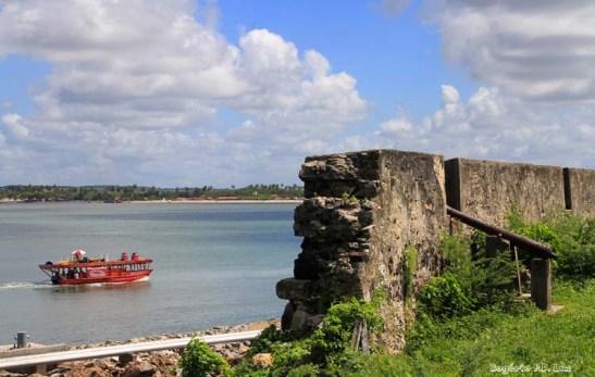 Das muralhas, a vista de embarcação navegando pelo Rio Paraíba do Norte