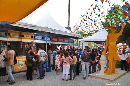 Barracas de várias cidades faziam propaganda das suas festas juninas, no Centro Turístico de Tambaú