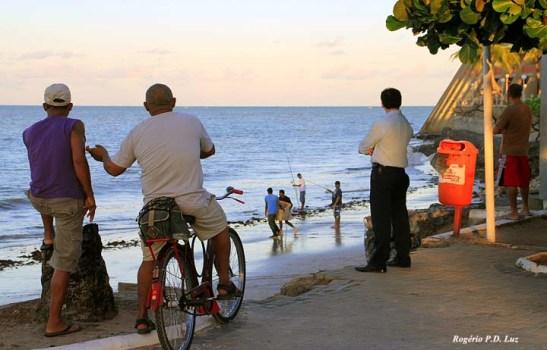 Ao lado do famoso hotel redondo Tambaú (direita) pessoas passam o tempo observando pescadores.  Bom para relaxar. Fica diante do Centro Turístico