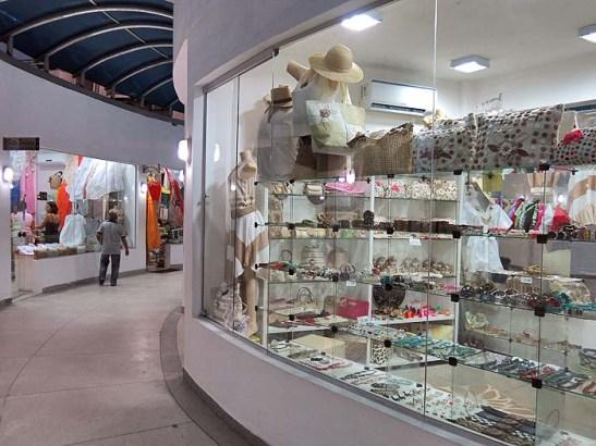 Arás do Centro Turístico tem um mini shopping de venda de roupas, rendas etc., com preços atrativos
