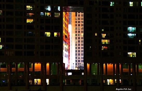 """O """"buraco"""" no prédio para deixar passar o vento, por conta do  bom""""feng shu"""" ou """"fong soi"""""""