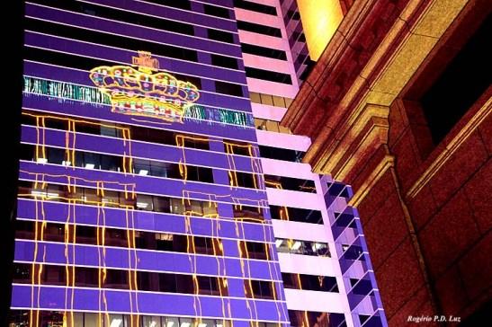 A coroa britânica do casino Grand Emperor a refletir no prédio vizinho ...