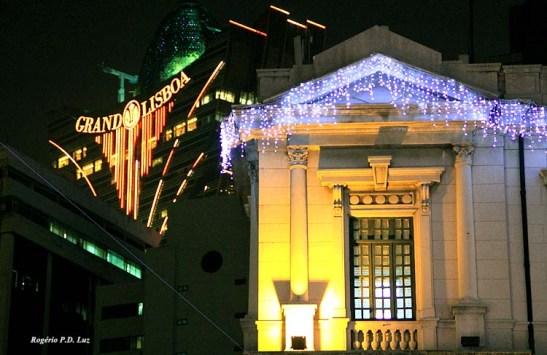 No Largo do Senado, centro de Macau, os enfeites de Natal no prédio histórico dos Correios contrapõe com a modernidade do altíssimo prédio do Casino Gran Lisboa que agora faz parte da sua paisagem.