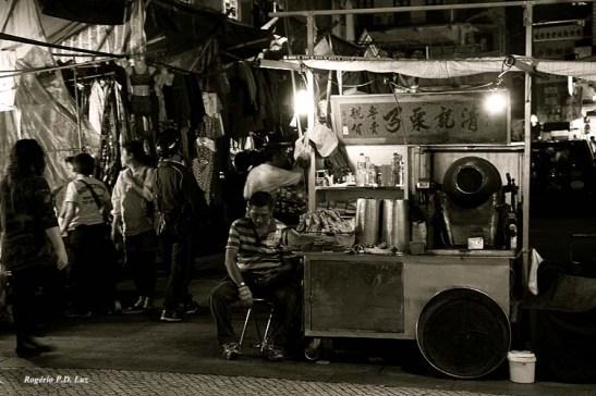 A venda de castanhas portuguesas ainda continuava lá, no mesmo lugar com dantes.  Deveria tornar-se Património Histórico de Macau, pois existia desde os tempos que ainda morava lá até 1967. Saudades!