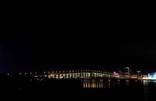Diante do grande universo escuro, a ponte ficou em segundo plano, tão pequena em relação a ele.