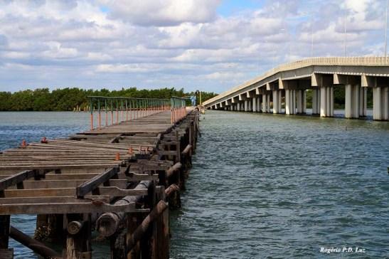 Passa pela nova ponte que liga a Ilha de Santana e antiga de madeira toda desmoronada.