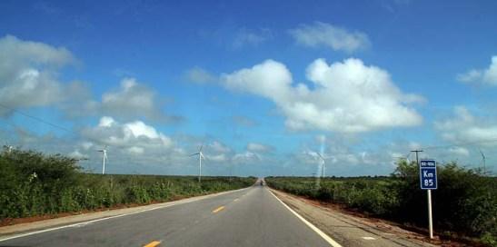 A rodovia BR406 para Macau, no km85, faltando cerca de 80 kms para chegar ao destino, é toda uma longa reta. Neste trecho já avistava um parque de eólicas com vários aerogeradoras de energia