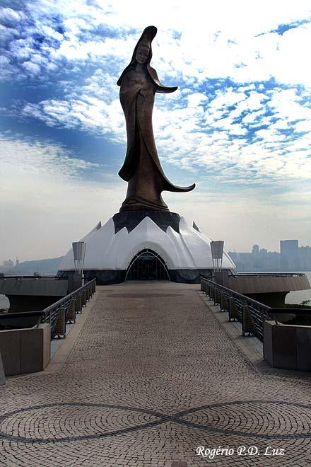 Situada no Porto Exterior, esta estátua, dedicada à deusa Kun Iam (deusa da Misericórdia) tem 20 metros de altura e foi trabalhada em bronze