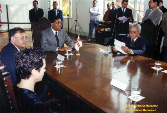 O vereador Edivaldo Estima, sentado à direita, lê o seu projeto do acordo de cidades irmãs