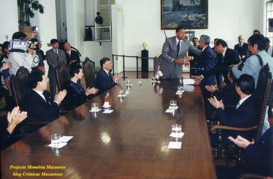 O Prefeito cumprimenta o autor do projeto aprovado pela Câmara Municipal de SP e por ele sancionado.
