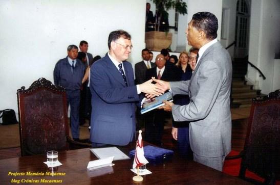 Celso Pitta oferece presente da Prefeitura de São Paulo