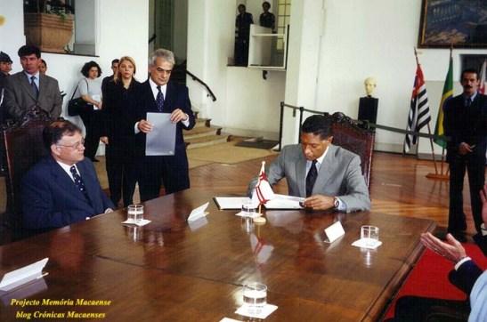 Celso Pitta assina o acordo