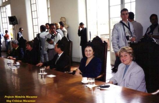 A secretária de Ação Social Alda Marco Antônio (1ª à direita) ao lado da vice-presidenta da Casa de Macau Telma Antunes Brito