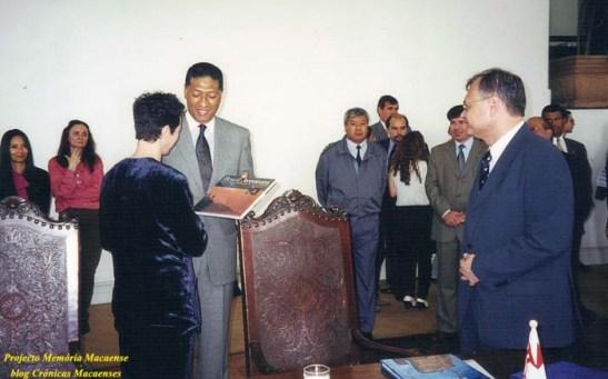 Celso Pitta oferece presente à esposa de Sales Marques