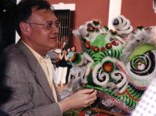 ... e pintou os olhos do leão como manda a velha tradição chinesa de bem receber as pessoas.