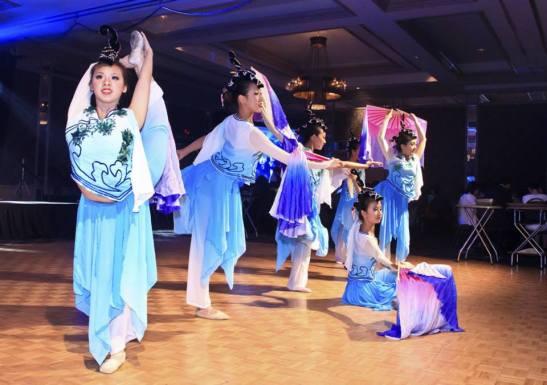 Entre música ao vivo, baile e tantas outras atrações, teve dança chinesa
