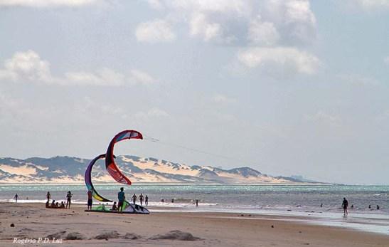 Praia Pirangi do Norte, em Parnamirim, vendo-se  dunas ao fundo, uma característica constante do litoral do Rio Grande do Norte
