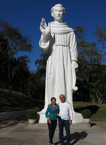 A estátua de Frei Galvão que foi abençoada por Papa Francisco em 2013