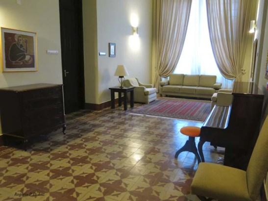 À esquerda a porta do quarto do Papa, e ao lado fica a pequena Capela.