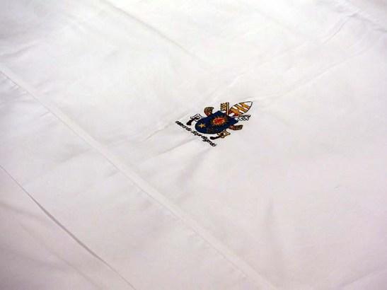 Detalhe do lençol com o símbolo pontífico.