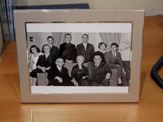 Conta-se que esta foto foi uma surpresa para o Papa Francisco.  Foi obtida dos seus parentes e colocado no quarto sem aviso prévio ao Papa.