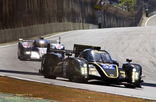 Momentos antes do acidente envolvendo o Lotua T128 (frente) e o Toyota híbrido, que tirou ambos da prova