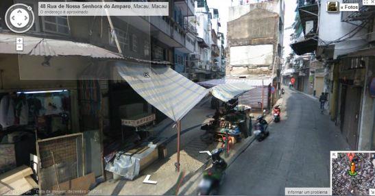 """A existência desta porta só perdura nos nomes chineses de duas ruas paralelamente vizinhas, e que são a """"Kuán-Tch'm-Tchéng--Kái"""" (Rua dos Ervanários - esquerda da foto) e a """"Kuán-Tch'in-Hâu-Kái"""" (Rua da Nossa Senhora do Amparo-à direita da foto), que se podem traduzir por """"a exacta rua anterior à barreira"""" e """"a rua posterior à rua anterior à barreira."""""""