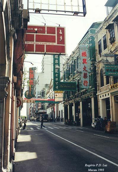 Avenida Almeda Ribeiro, em Macau.  A denominação em chinês: San Má Lou.  Foi em 1993, e a mercearia Soi Cheong ainda existia na esquina do lado direito  (anúncio em verde)