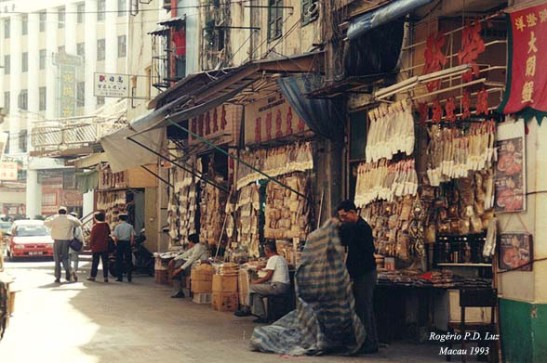 Bancas de venda de peixe salgado em rua lateral da Av.Almeida Ribeiro ou San á Lou