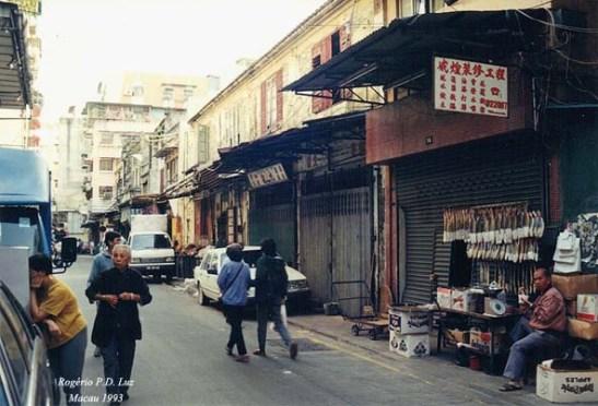 Outra banca de venda de peixo salgado, só que, pelo olhar do vendedor chinês, ele não estava nada gostando de ser fotografado.  Isto em 1993, quando ainda certa restrição de chineses em serem fotografados por receio que isso tirasse a alma dele (ou coisa assim)