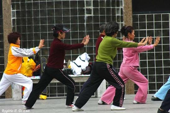 Estes praticantes estavam a fazer seus exercícios no parque defronte ao Hotel Sintra