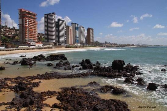 Praia de Areia Preta em bairro nobre da Via Costeira