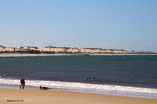 Praia da Redinha com as dunas da região de Genipabu ao fundo separadas por um rio