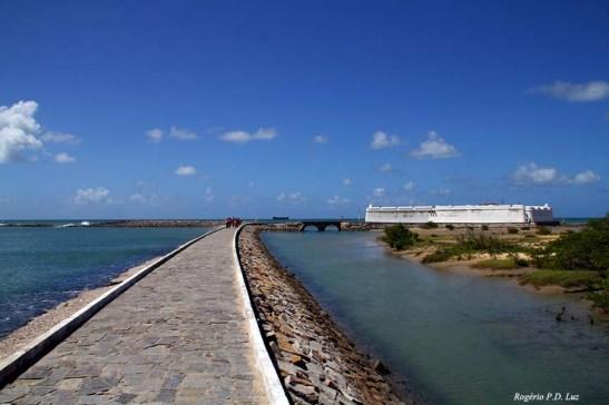 Dia ensolarado e maré baixa, e a água límpida