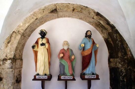 Os visitantes são recebidos, à entrada, pela imagem dos Magos Gaspar, Belquior e Baltasar, doada pelo José I de Portugal (1750-1777) Wikipedia