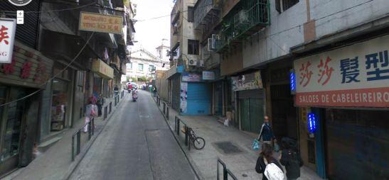Rua do Tarrafeiro. Ao fundo a Igreja de Santo António no topo do morro.