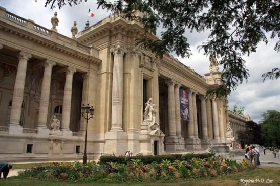O Grand Palais, grande centro de exposições e mostras de arte, que fica defronte ao Petir Palais do outro lado da avenida Winston Churchill