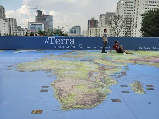 um mapa mundi de 200m2 mostra os locais onde foram feitas as fotos.  Permite a você, sem sapatos, ter a sensação de estar andando sobre o mundo.