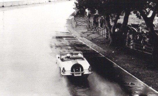 George Baker com seu Ford Thunderbird que parece levava o pneu estepe na traseira do carro.