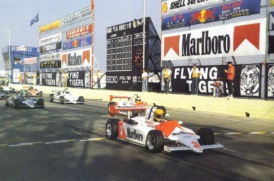 Senna (3) larga na pole e já pula na frente logo no início da prova.