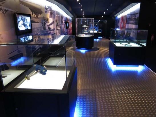 No corredor cultural, maquetes de aviões, vídeos, cartazes, fotografias etc.