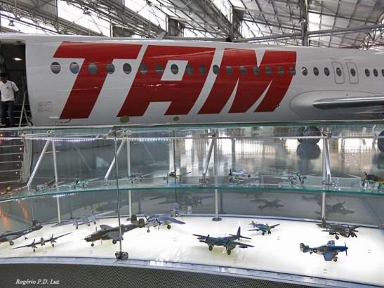 Além de aviões há várias miniaturas expostas