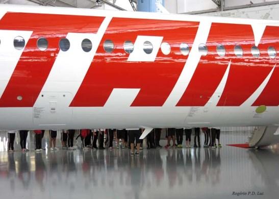 Escolares fazem fila para visitar o interior de um Fokker 100 agora em desuso.