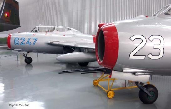 Os Migs da aviação soviética, em 1º plano o Mig 17, a seguir, o Mig 15 dos tempos da guerra entre as duas Coréias.