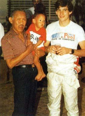 Teddy Yip com o Junior no colo e Ayrton Senna em 1983.  30 ano depois o Junior homenageia o pai.