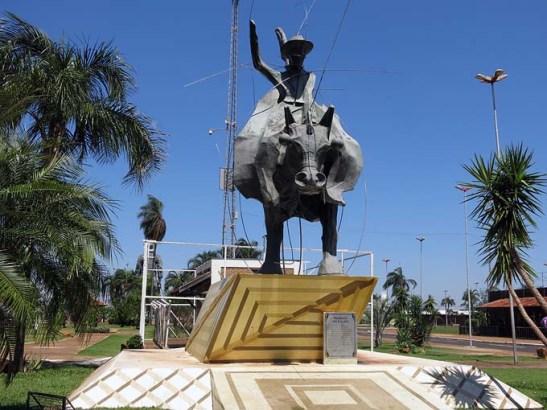 Obra assinada por Juvenal Irene, fica próximo ao Estádio de Rodeios. O objetivo é prestar homenagem à modalidade de Rodeio que foi a primeira a ser praticada no Brasil. Tem 7 metros de altura.