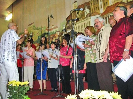 O coral da Casa de Macau que depois se apresentava pela primeira vez no Encontro das Comunidades Macaenses de 2007 sob a regência de Vainer Dias Gomes