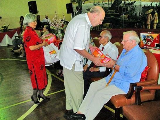 """O presidente Júlio """"Totó"""" Branco ofereceu lembranças aos participantes da cerimônia de chá"""