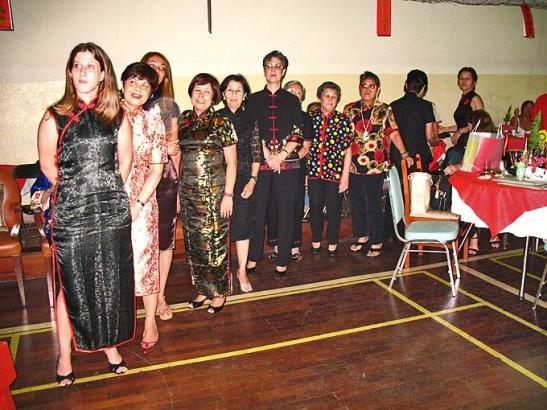 As participantes do concurso de trajes chineses e o júri na primeira fila, com a participação da consulesa da RPC